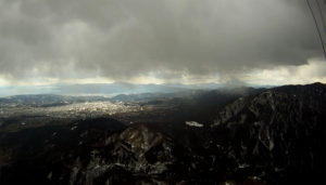 山側には雪雲